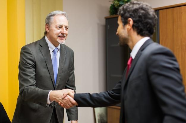 Homme d'affaires accueillant un invité dans son bureau