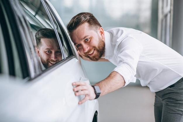 Homme d'affaires achète une voiture dans une salle d'exposition