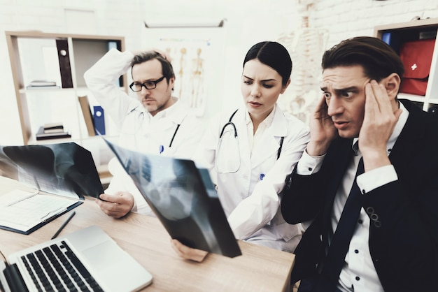 Homme d'affaires adulte est horrifié par le diagnostic du médecin.