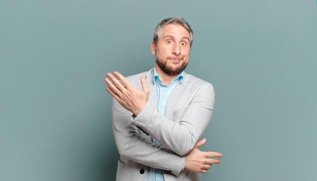 Homme d'affaires adulte se sentant confus et désemparé, s'interrogeant sur une explication ou une pensée douteuse
