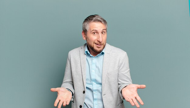 Homme d'affaires adulte se sentant désemparé et confus, ne sais pas quel choix ou option choisir, se demandant