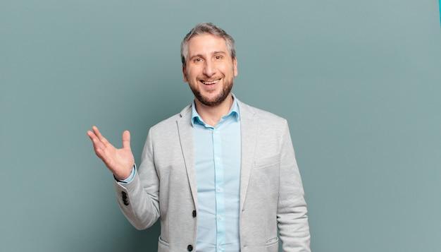 Homme d'affaires adulte se sentant heureux, surpris et joyeux, souriant avec une attitude positive, réalisant une solution ou une idée