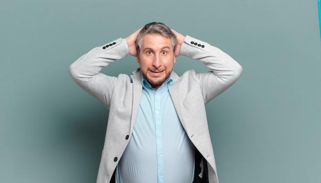 Homme d'affaires adulte se sentant stressé, inquiet, anxieux ou effrayé, les mains sur la tête, paniquant à l'erreur