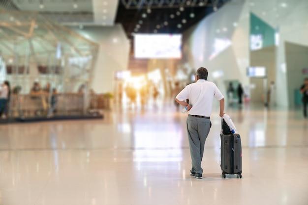 Homme d'affaires à l'aéroport