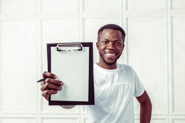 Homme d'affaires africain avec un presse-papier