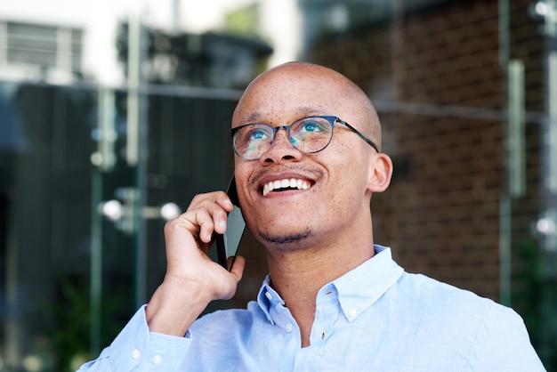 Homme affaires africain, sourire, à, téléphone portable