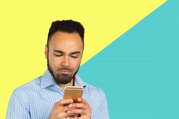 Homme d'affaires afro-américain à l'aide de téléphone portable