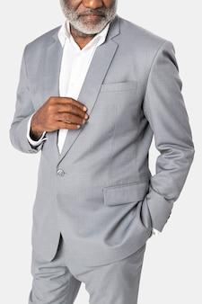 Homme d'affaires afro-américain en costume gris studio portrait
