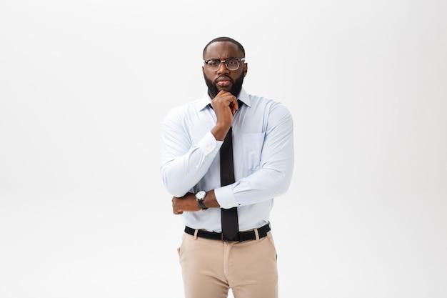 Homme d'affaires afro-américain avec des lunettes pense sur fond blanc isolé