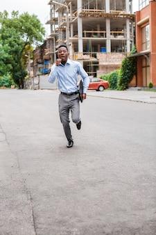 Homme d'affaires afro-américain avec mallette