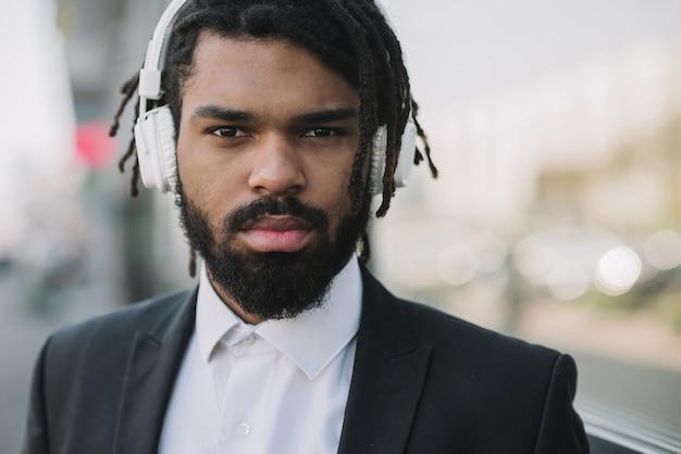 Homme d'affaires afro-américain portant des écouteurs