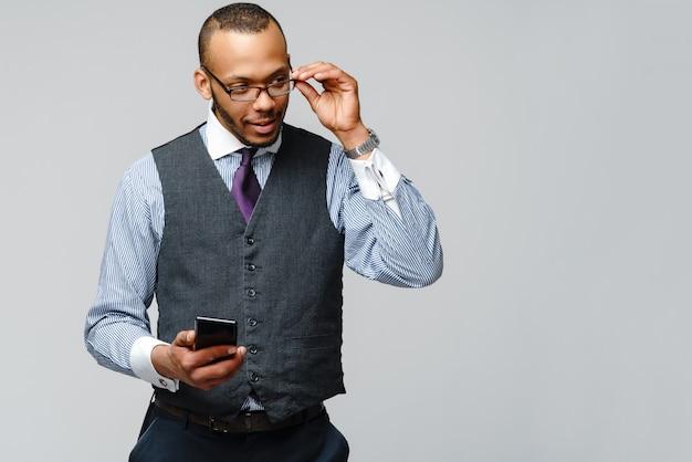 Homme d'affaires afro-américain professionnel parlant au téléphone portable