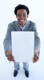 Homme d'affaires afro-américain tenant un gros cahier