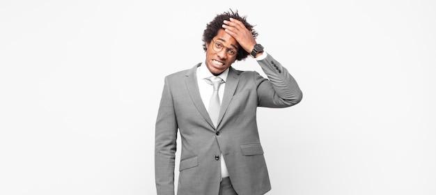 Homme d'affaires afro noir, paniquant une date limite oubliée, se sentant stressé, devant couvrir un désordre ou une erreur