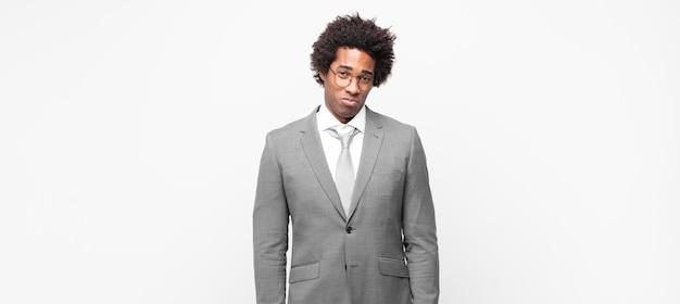 Homme d'affaires afro noir se sentir triste et stressé, bouleversé à cause d'une mauvaise surprise, avec un regard négatif et anxieux