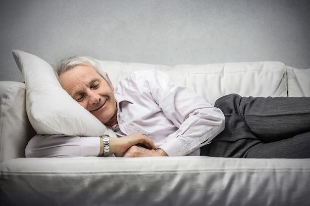 Homme d'affaires âgé endormi