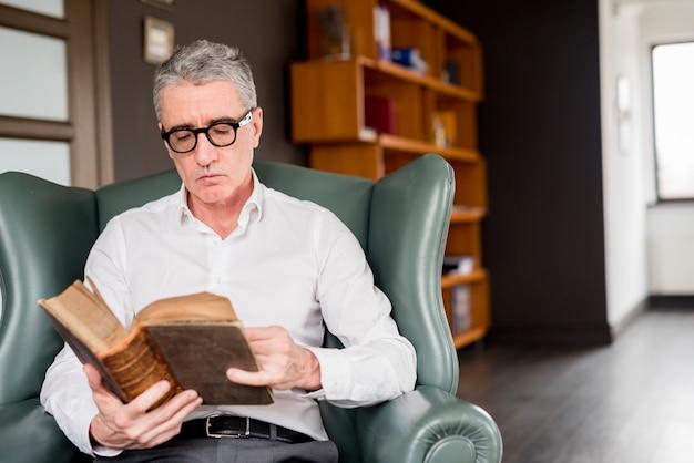 Homme d'affaires âgé lisant