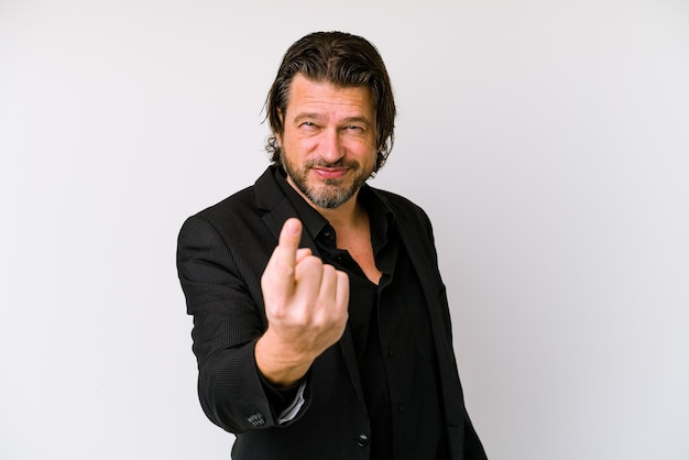 Homme d'affaires d'âge moyen hollandais isolé sur un mur blanc pointant avec le doigt sur vous comme si vous invitiez à vous rapprocher