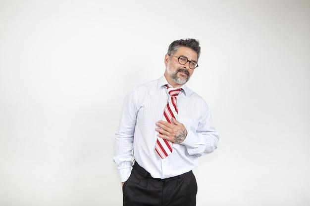 Homme d'affaires d'âge moyen à la recherche vers la gauche sur un fond blanc