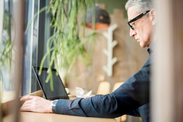 Homme d'affaires âgé avec ordinateur portable