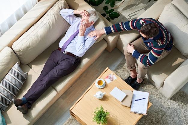 Homme d'affaires âgé pleurant à la séance de thérapie