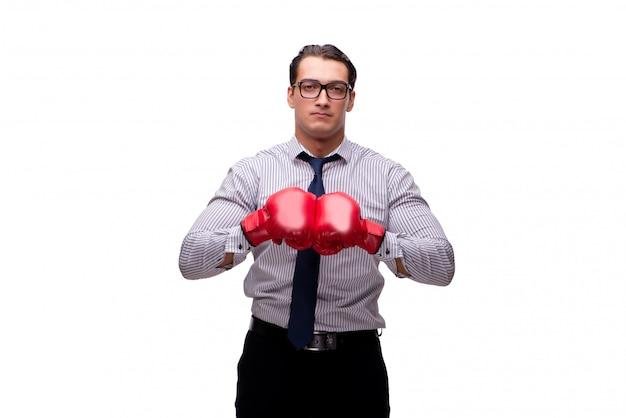 Homme d'affaires agressif avec des gants de boxe isolé sur blanc
