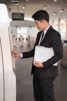 Homme d'affaires à l'aide du système de transport en commun urbain du métro