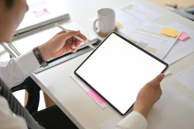 Homme d'affaires à l'aide de l'écran d'affichage vide de la maquette de tablette numérique.