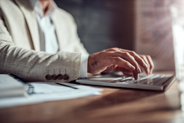 Homme d'affaires à l'aide d'un ordinateur portable au bureau