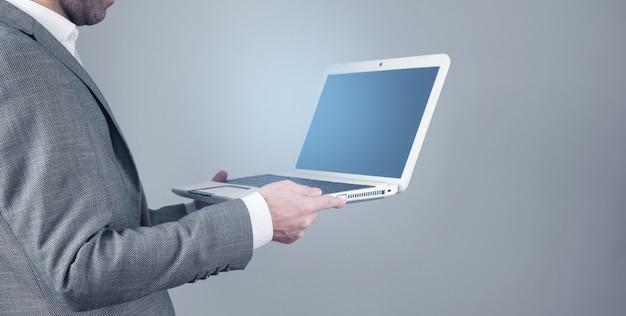 Homme d'affaires à l'aide d'un ordinateur portable au bureau.