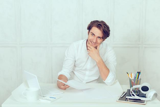 Homme d'affaires à l'aide d'un ordinateur portable avec tablette et stylo
