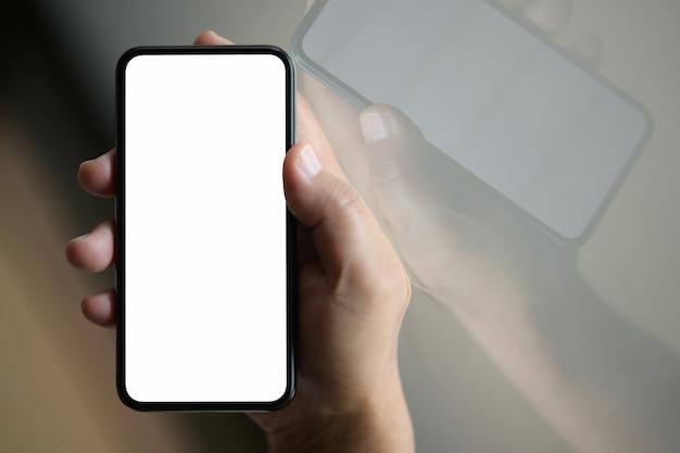 Homme d'affaires à l'aide de la puce de téléphone mobile avec écran blanc