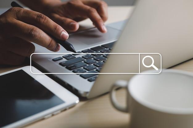 Homme d'affaires à l'aide de la recherche de navigation internet des objets (iot) réseau internet pour la recherche de données internet de navigation