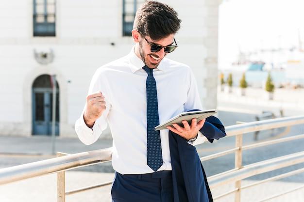 Homme d'affaires à l'aide de sa tablette
