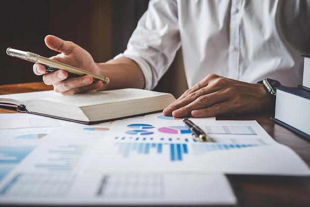 Homme d'affaires à l'aide de smartphone et tableau de pointage à l'analyse utiliser pour les plans visant à améliorer la qualité
