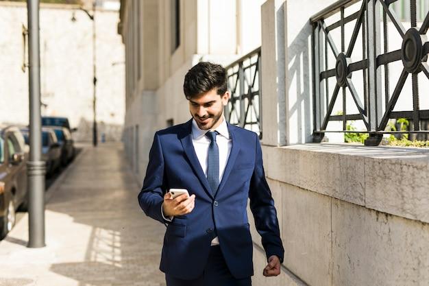 Homme d'affaires à l'aide de son smartphone