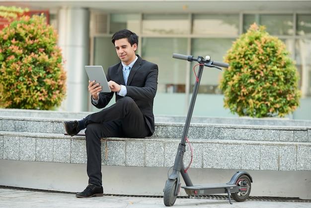 Homme d'affaires à l'aide de tablet pc dans la ville