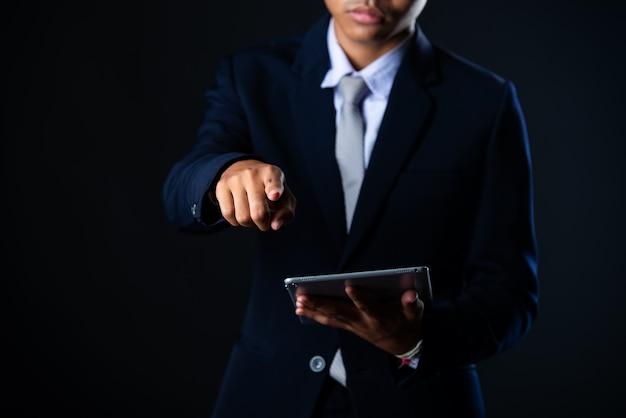 Homme d'affaires à l'aide d'une tablette analysant les données de ventes et la courbe de croissance économique, technologie