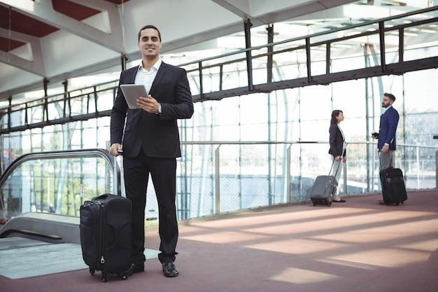 Homme d'affaires à l'aide de tablette numérique sur la plate-forme