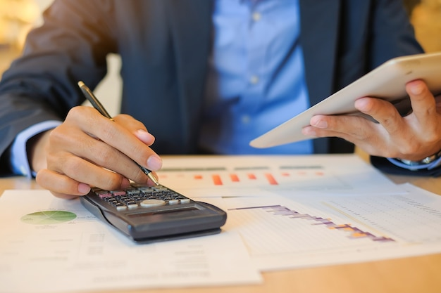 Homme d'affaires à l'aide d'une tablette pour le plan marketing d'analyse