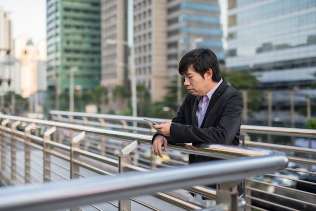 Homme d'affaires à l'aide de téléphone dans la ville