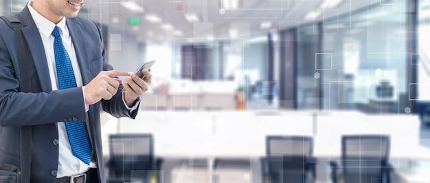 Homme d'affaires à l'aide de téléphone intelligent sur la forme de connexion de technologie futuriste sur l'arrière-plan de l'espace intérieur de mouvement