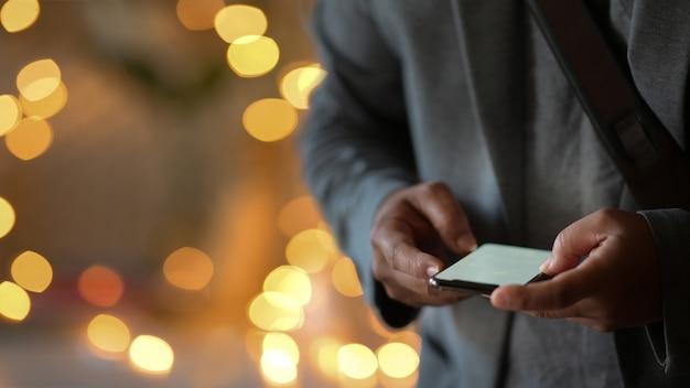 Homme d'affaires à l'aide de téléphone portable dans la nuit de la rue