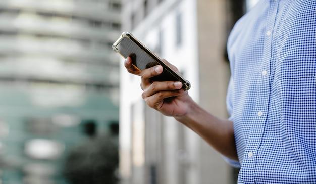 Un homme d'affaires à l'aide d'un téléphone portable dans la ville