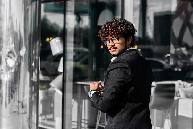 Homme d'affaires allant à une réunion