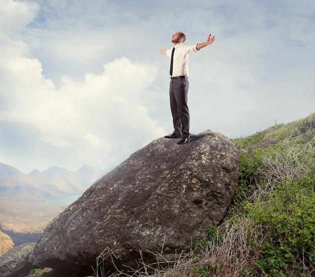 Un homme d'affaires ambitieux est arrivé au sommet du succès