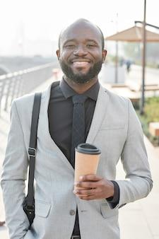 Homme affaires américain africain, à, tasse café