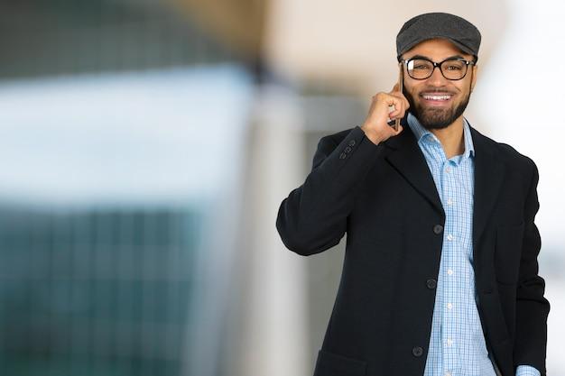 Homme d'affaires américain à l'aide de téléphone portable
