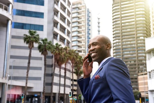 Homme d'affaires américain parlant sur téléphone portable dans la ville