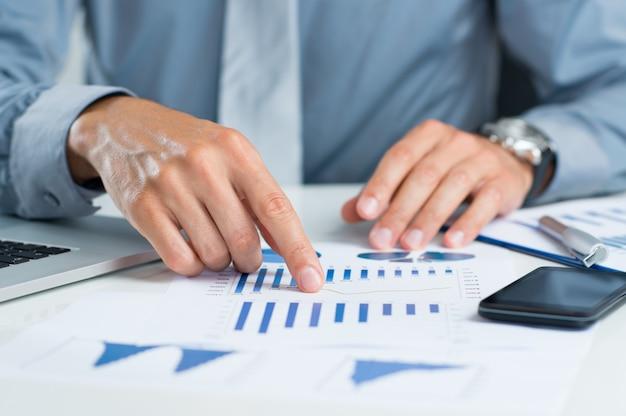 Homme d & # 39; affaires analysant le graphique